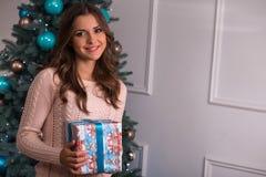 Рождество красивой девушки ожидающее решения Стоковые Изображения