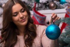 Рождество красивой девушки ожидающее решения Стоковая Фотография RF