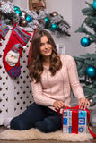 Рождество красивой девушки ожидающее решения Стоковые Изображения RF
