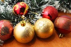 Рождество красное и godlen безделушки и елевое дерево Стоковое Фото