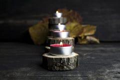 Рождество миражирует горение, украшение с деревянный отдыхать журналов Стоковые Фотографии RF