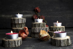 Рождество миражирует горение, украшение с деревянный отдыхать журналов Стоковая Фотография