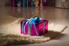 Рождество, Новый Год присутствующий, близкое поднимающее вверх изображение над деревом Нового Года Стоковая Фотография RF