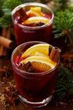 Рождество обдумывало вино или gluhwein с специями и кусками апельсина на деревенской таблице, традиционном питье на зимнем отдыхе Стоковая Фотография
