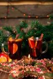 Рождество обдумывало вино с плодоовощами и специями на деревянном столе Украшения Xmas в предпосылке стекла 2 Питье r зимы грея Стоковое Изображение RF