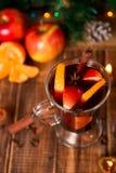 Рождество обдумывало вино с плодоовощами и специями на деревянном столе Украшения Xmas в предпосылке Питье зимы грея с ing рецепт Стоковые Изображения