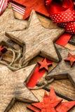 Рождество орнаментирует деревянные звезды и красные ленты Стоковые Изображения RF