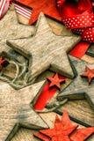Рождество орнаментирует деревянные звезды и красные ленты Стоковое Изображение RF