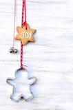Рождество орнаментирует смертную казнь через повешение против деревенской предпосылки Стоковое Фото