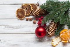 Рождество разветвляет, шарики, шарики, конусы, предпосылка рождества Стоковые Фотографии RF