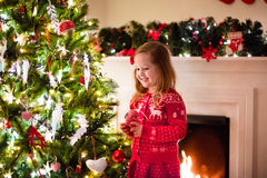 рождество ребенка украшая вал стоковое изображение