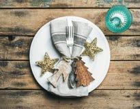 Рождество, сервировка стола праздника Нового Года над деревянной предпосылкой Стоковые Фотографии RF