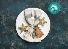 Рождество, сервировка стола праздника Нового Года над синей предпосылкой Стоковое Изображение RF
