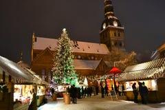 Рождество справедливое на квадрате купола в Риге стоковые фото