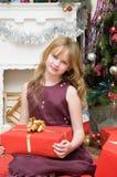 рождество счастливое Счастливая девушка с подарками камином Стоковое Изображение