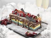 Рождество торта журнала радуги с шоколадом, клубниками, redberr Стоковое фото RF
