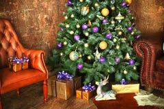 Рождество украсило дерево с оленями настоящих моментов Стоковые Изображения