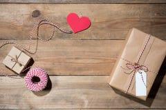 Рождество украсило подарочную коробку над деревянной предпосылкой Взгляд от a Стоковые Изображения RF