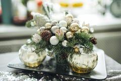 Рождество украсило свечи таблицы в комнате Стоковая Фотография