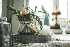 Рождество украсило свечи таблицы в комнате Стоковые Фото