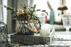 Рождество украсило свечи таблицы в комнате Стоковые Изображения