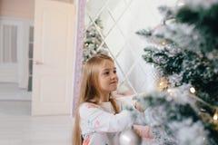 рождество украшает вал девушки Стоковые Изображения RF