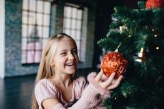 рождество украшает вал девушки Стоковое фото RF