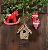 рождество украшает идеи украшения свежие домашние к тряся лошадь и красные сердца на деревянном bac Стоковое Изображение RF