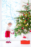 рождество украшая девушку изолировало немного над белизной вала Стоковая Фотография RF