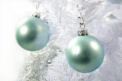 рождество шарика предпосылки яркое орнаментирует белизну вала Стоковая Фотография RF