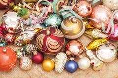 рождество шарика предпосылки яркое орнаментирует белизну вала Стоковая Фотография