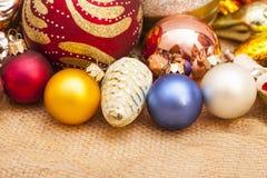 рождество шарика предпосылки яркое орнаментирует белизну вала Стоковое Фото