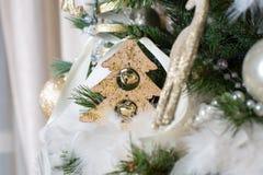 рождество шарика предпосылки яркое орнаментирует белизну вала Стоковые Фото