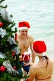 рождество давая настоящий момент Стоковые Изображения