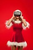 Рождество, x-mas, зима, концепция счастья - красивое молодое брюнет с длинными волосами в носить шляпы хелпера santa Стоковые Изображения RF