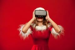 Рождество, x-mas, зима, концепция счастья - красивое молодое брюнет с длинными волосами в носить шляпы хелпера santa Стоковое Фото