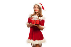 Рождество, x-mas, зима, концепция счастья - усмехаясь женщина в шляпе хелпера santa при подарочная коробка, изолированная на бели Стоковая Фотография