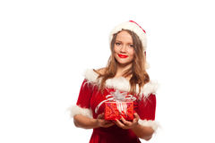 Рождество, x-mas, зима, концепция счастья - усмехаясь женщина в шляпе хелпера santa при подарочная коробка, изолированная на бели Стоковые Фотографии RF