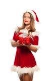 Рождество, x-mas, зима, концепция счастья - усмехаясь женщина в шляпе хелпера santa при подарочная коробка, изолированная на бели Стоковые Фото