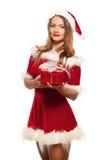 Рождество, x-mas, зима, концепция счастья - усмехаясь женщина в шляпе хелпера santa при подарочная коробка, изолированная на бели Стоковые Изображения RF