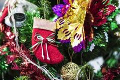 Рождество socks смертная казнь через повешение на дереве Chrismas стоковое изображение