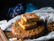 Рождество spiced blondies с циннамоном на деревянной доске Стоковое Изображение RF