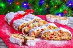 Рождество Stollen, традиционный немецкий торт рождества с высушенный стоковое изображение rf