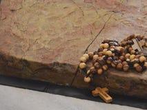 Розарий Иерусалима Olivewood на камне мазать, церков  Стоковые Фотографии RF