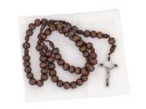 Розарий изолированный с мешком на белой предпосылке Христианский крест, распятие, деревянные шарики стоковое фото rf