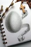 Розарий и ладонь креста пасхального яйца в карточке поздравлению стоковая фотография rf