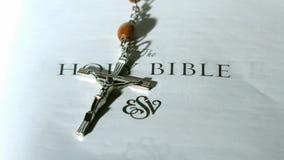 Розарий отбортовывает падать на первую страницу библии видеоматериал