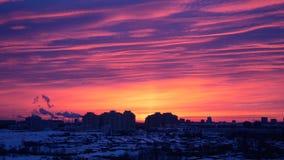 Роза красных восхода солнца или захода солнца в городе в зиме Стоковые Изображения RF