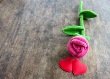 Роза пинка дня валентинок с красным сердцем на деревянной предпосылке, lo Стоковое Изображение RF