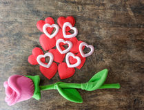 Роза пинка дня валентинок с красным сердцем на деревянной предпосылке, lo Стоковая Фотография RF